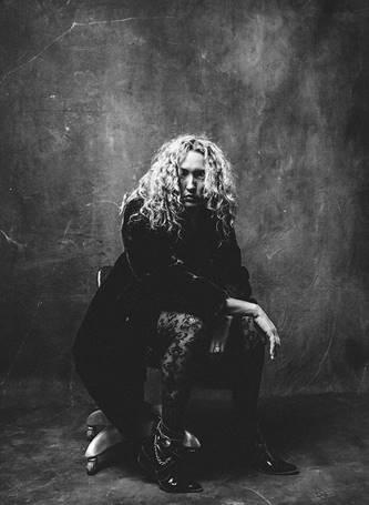 Dark Country/Americana singer Hannah Aldridge releases 'Howlin' Bones'!