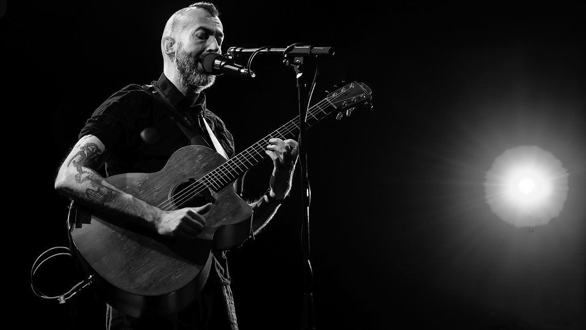 JON GOMM – ANNOUNCES RUN OF SOCIAL DISTANCE SHOWS FOR 2020