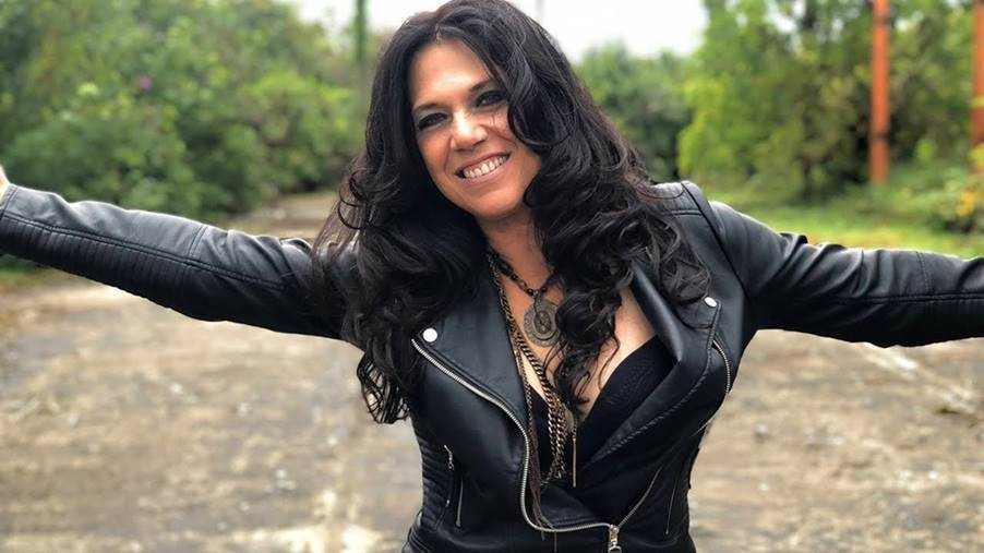Sari Schorr Releases Her New, Self-shot Video for 'Turn the Radio On'.